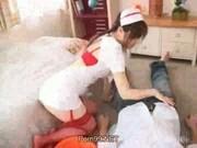 Азиатская медсестра в красных чулках