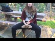 Девушка мастурбирует на природе