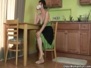 Мамка дрочит киску на кухне