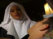 Ебет монашку в ее сладкие дырочки