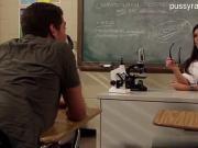 Трахнул учительницу на учительском столе