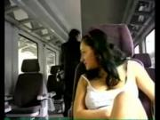 Дрочит в поезде пизденку