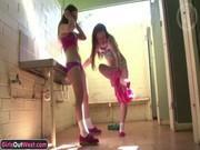 Лесбиянки развлекаются в туалете