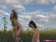 Две девушки в поле