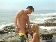 Раздвинула рогатку на пляже