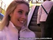 Блондинку трахнули на улице