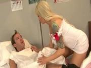 Медсестра разбудила минетом
