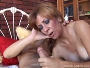 Рыжая мама дрочит сыну его торчок