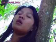 Азиатка ласкает пизду на природе