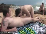 Начал лизать пизду на пляже