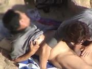 Зрелая парочка отдыхает на пляже