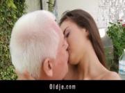 Дедушка трахает молоденькую внучку