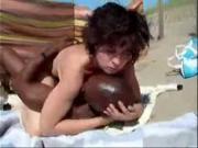 Ебется с негром на пляже