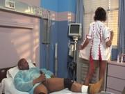 Медсестра знает что поможет негру