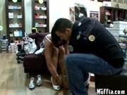 Мамаша дала продавцу в магазине