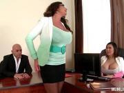 Ебет двоих пышек в офисе