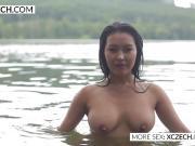 Азиатка голышом купается в реке