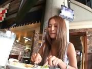 Цепляет азиаток в кафешке