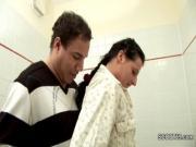 Папа трахает свою дочь в ванной