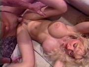 Жестко долбит блонду в ретро порнушке