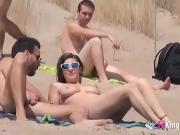 На нудистских пляжах всегда много интересного