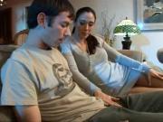 Сын трахнул молодую мачеху на диване