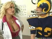 Футболист на приёме у врача