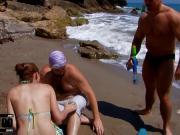 Трахают на пляже одну бабу на двоих