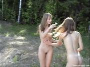 Голые девушки гуляют по лесу