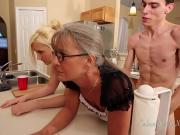 Трахает мамку и сестру на кухне