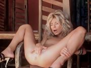 Девушка дрочит киску в деревне