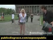 БДСМ на улице с блондинкой