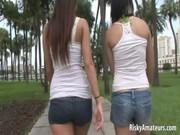 Две девушки развлекаются на улице