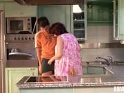 Толстая мама и сын трахаются на кухне