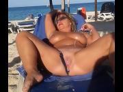 Зрелая раздвинула рогатку на пляже