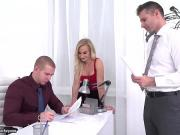 Секретарша помогла подписать документы