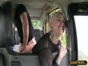 Парень трахает девку в своей машине