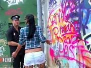 Дала полицейскому на улице