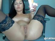 Сексуальная девушка с вибратором перед камерой
